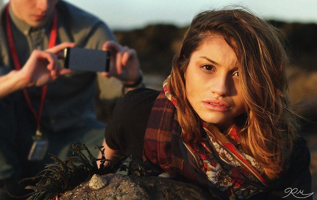 Журналісти фотографують молоду сирійську біженку, яка приїхала в Європу у квітні 2016 року.