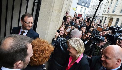Марін Ле Пен, лідерка Національного фронту (Франція), оточена натовпом репортерів у Парижі
